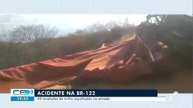 Carreta tomba com 40 toneladas de milho em Banabuiú - Confira mais notícias em g1.globo.com/ce