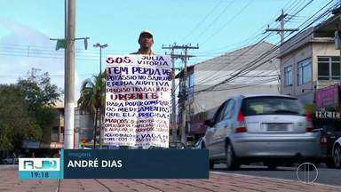 Pai vai às ruas com cartaz no corpo à procura de vagas em Cabo Frio, no RJ - Marcos é metalúrgico e perdeu o emprego na área Offshore em 2015. Desde lá, não conseguiu trabalho fixo.