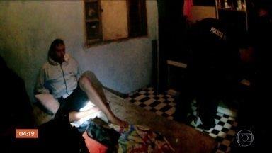 Cinco homens são presos em operação contra o tráfico de drogas no litoral paulista - No litoral paulista, cinco homens foram presos e dois menores apreendidos em uma operação contra o tráfico de drogas. Com eles, havia também uma grande quantidade de dinheiro e entorpecentes. Em um dos pontos que estavam sendo monitorados pela polícia, traficantes vendiam as drogas ao lado de crianças.