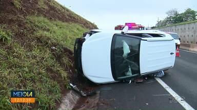 Carro capota no Contorno Norte - Acidente aconteceu na manhã desta segunda-feira (3).
