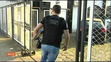 Polícia de Goiás faz operação para combater venda de diplomas de ensino superior - Quase R$ 500 mil foram encontrados na casa dos investigados.