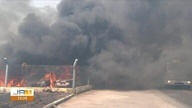 Carros estacionados no pátio da PRF são destruídos após queimada atingir os veículos - Carros estacionados no pátio da PRF são destruídos após queimada atingir os veículos