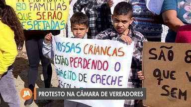 Moradores protestam na Câmara de Vereadores contra reintegração de posse - Moradores pedem ajuda para ter um lugar onde morar.