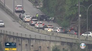 Acidente na Grajaú-Jacarepaguá deixa trânisto lento no sentido Zona Norte - Um acidente envolvendo um carro na última curva da estrada Grajau-Jacarepagua, sentido Zona Norte.