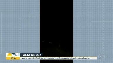 Moradores reclamam de falta de energia elétrica, em Queimados - Uma via está completamente às escuras. E residências enfrentam picos de luz.