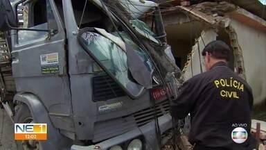 Caminhão derruba poste e motorista fica preso às ferragens em Camaragibe - Acidente aconteceu na Estrada de Aldeia.