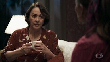 Evelina pede que Maria da Paz não comente com Camilo sobre o passado de Chiclete - Boleira procura Camilo para ajudá-la a desvendar mistério familiar