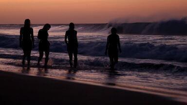 Fernando de Noronha - Parte 1 - As aventureiras do Sem Destino conhecem algumas praias em Fernando de Noronha. Depois, elas mergulham com tartarugas e veem o pôr do sol no Forte Nossa Senhora dos Remédios.