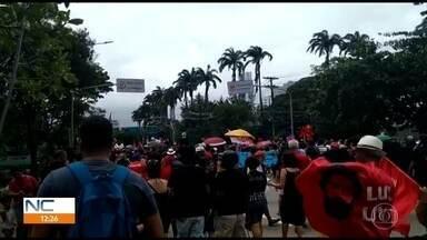 Grito dos Excluídos pede igualdade de direitos em caminhada pela área central do Recife - Manifestação iniciou trajeto pela Avenida Agamenon Magalhães por volta das 11h deste sábado (7), terminando o percurso após cerca de uma hora.