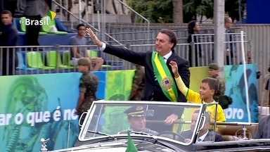 Bolsonaro participa do desfile de comemoração do Sete de Setembro, em Brasília - Em carro aberto, ele saudou o público na Esplanada dos Ministérios. Depois, se encontrou com a esposa e autoridades na tribuna.
