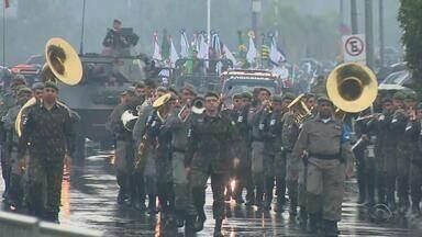 Desfile de 7 de Setembro reúne civis e militares, além de apresentação náutica no Guaíba - Algumas cidades do interior do RS cancelam desfiles por causa da chuva.