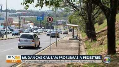 Mulher reclama de falta de estrutura em avenida de Presidente Prudente - Funcionários de empresas precisam descer barranco e atravessar a via.