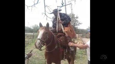 Deficiente físico de Alegrete usa criatividade para conseguir cavalgar - Aridiné Macedo, de 53 anos está treinando para o próximo desfile de 20 de setembro.