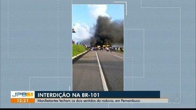 Manifestantes fecham os dois sentidos da BR 101, em Pernambuco - O protesto foi feito por motoristas de transporte alternativo, que pedem mais liberdade para trabalhar na região, perto de Goiana.