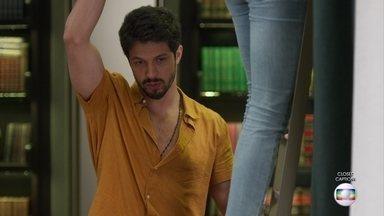Alberto pede para Marcos ajudar Paloma a descer da prateleira - Ela cai em cima do rapaz, que confessa que preferiu trazer pessoalmente o documento para vê-la