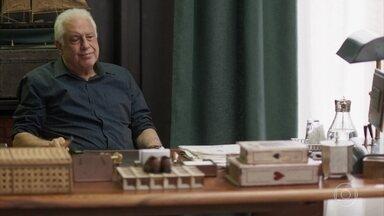 Alberto sugere lançar clássicos literários com preços populares - Marcos brinca com a mudança que Paloma fez no pai