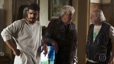 Eusébio se oferece para ser agente de Rock no lugar de Chico - Cornélia confere os números sorteados na loteria