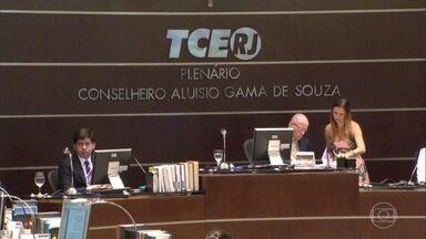 Conselheiros do TCE do Rio recebem salários mesmo afastados por suspeita de corrupção - Aloysio Guedes, Domingos Brazão, José Maurício Nolasco, José Gomes Graciosa e Marcos Antônio de Alencar estão afastados há mais de dois anos do trabalho. Eles são réus acusados de terem recebido proprina para aprovar contas e contratos.