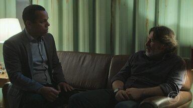 Rogério fica impressionado com a confissão de Padre Zoran - Ele aconselha o padre a dar tempo ao tempo e diz que a amizade dele com Missade voltará aos eixos
