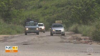 Buracos e poeira dificultam deslocamento na rodovia PE-45 - Estrada estadual liga os municípios de Vitória de Santo Antão e Escada.