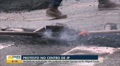 Ambulantes interditam trânsito contra ação da prefeitura, no Centro de João Pessoa - Protesto é contra ação da prefeitura para retirar ambulantes das calçadas do Centro de João Pessoa.