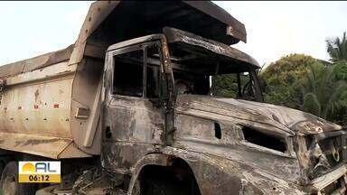 Caminhões pegam fogo em acidente na BR-316 - Repórter Carolina Sanhes tem os detalhes.