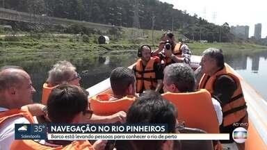 Barco leva interessados para conhecer o Rio Pinheiros de perto - Um passeio pelo Rio Pinheiros leva interessados para conhecer a região de perto.