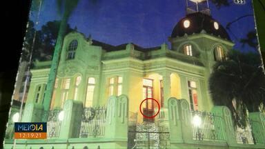 Moradores vêem fantasma em foto de capa de lista telefônica em Ponta Grossa - A lista de 1999 ficou conhecida por reforçar a lenda de que a Mansão Vila Hilda é assombrada.
