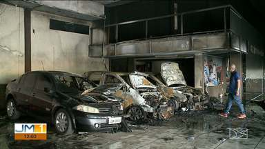 Loja de carros usados pega fogo em São Luís - Dos 25 veículos que estavam no local, três carros e uma moto foram totalmente queimados.