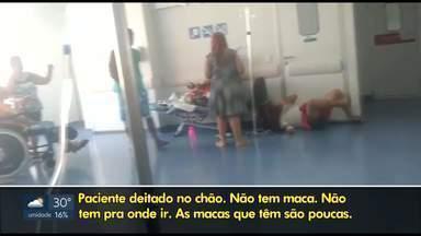Acompanhantes de pacientes denunciam a falta de macas na Upa de Ceilândia - Vídeo mostra homem esperando no chão e pacientes sendo medicados em cadeiras.