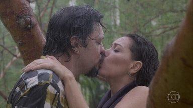 Mario e Nana se beijam - O editor chefe da Prado Monteiro tenta resgatar o grande amor do passado
