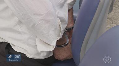 Suspeito de vender atestados médicos falsos é detido no Centro de BH - Carimbos de médicos, dinheiro e cheques foram apreendidos.