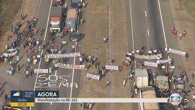 Moradores fazem protesto por construção de passarela na BR-262 - Eles bloqueavam a rodovia nos dois sentidos na manhã desta sexta-feira (13).