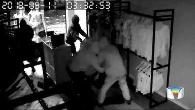 Criminosos furtam loja na Vila Ema em São José - Eles estouraram vitrine com marreta.