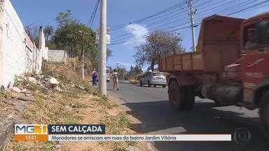 Moradores se arriscam em ruas do bairro Jardim Vitória, região Nordeste da capital - Moradores são obrigados a andar na rua por falta de calçadas no bairro