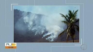 Bombeiros trabalham para combater fogo em vegetação em São Fidélis - Nova Friburgo também sofre com queimadas.