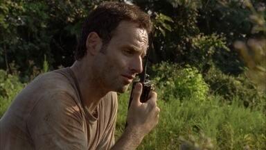 Wildfire - Rick acredita que o acampamento está se tornando muito perigoso e decide liderar o grupo de sobreviventes para o Centro de Controle de Doenças.