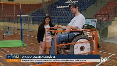 Projeto incentiva a inclusão de crianças com deficiência no lazer em São José dos Pinhais - São brinquedos adaptados para crianças com algum tipo de deficiência .