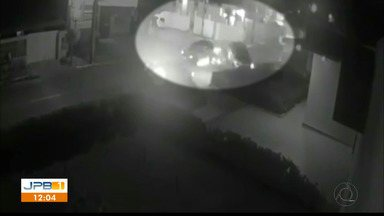Motorista não respeita placa de pare e bate em outro carro, em Tambauzinho - O acidente foi filmado por câmeras de trânsito e mostra como aconteceu