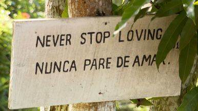 Placas com frases positivas são espalhadas por comunidade amazônica - Projeto da disciplina de inglês incentiva aprendizado do idioma.