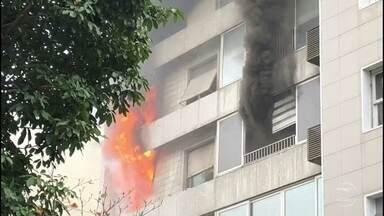 Incêndio atinge prédio em Ipanema, na Zona Sul do Rio de Janeiro - O fogo começou por volta das 11h30, em um prédio na rua Prudente de Morais.