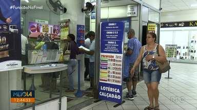 Apostadores tentam a sorte na Mega Sena que vai sortear R$ 100 milhões neste sábado (14) - As apostas podem ser feitas até às 19 horas em lotéricas ou pela internet.