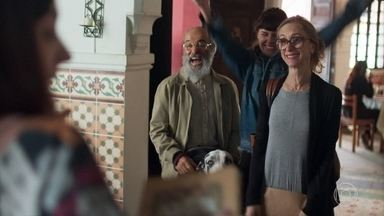 Eva conta para a família que recuperaram a floricultura - Mamede implica com Eva e Bóris revida com bom humor