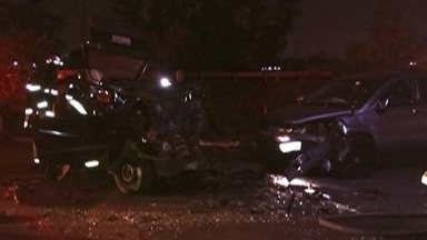 Corpos de vítimas de acidente em Itaquaquecetuba são levados para IML - Três amigos morreram numa batida na Estrada Corta Rabicho.