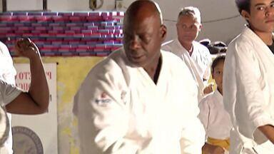 Catador mantém projeto de karatê em Mogi das Cruzes - O amor pelo esporte fez com que Tião superasse as barreiras.