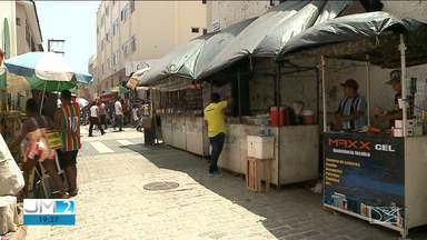Taxistas e ambulantes disputam mesmo espaço em rua no centro de São Luís - Blitz urbana reorganizou as duas categorias na rua de Santaninha, mas os taxistas estão insatisfeitos com a solução e alegam prejuízos.