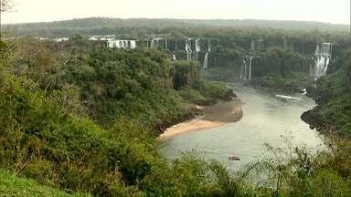 Seca muda cenário nas Cataratas do Iguaçu - A falta de chuva diminuiu a vazão e quedas desapareceram.
