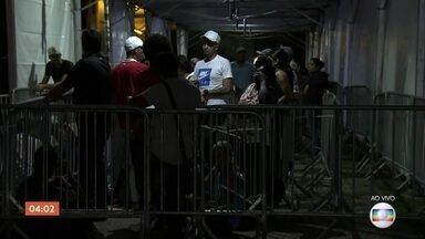 Candidatos madrugam em fila para mutirão de emprego em SP - Candidatos estão na fila há dez horas em busca de uma das 4 mil vagas disponíveis.