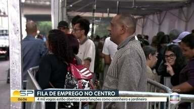 Candidatos ficam 12 horas em fila de emprego no Centro da cidade - Multirão oferece mais de 4.000 vagas para os interessados.