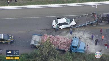 Motorista de caminhão carregado de cimento se envolve em acidente na BR-381 - Via ficou bloqueada nos dois sentidos.